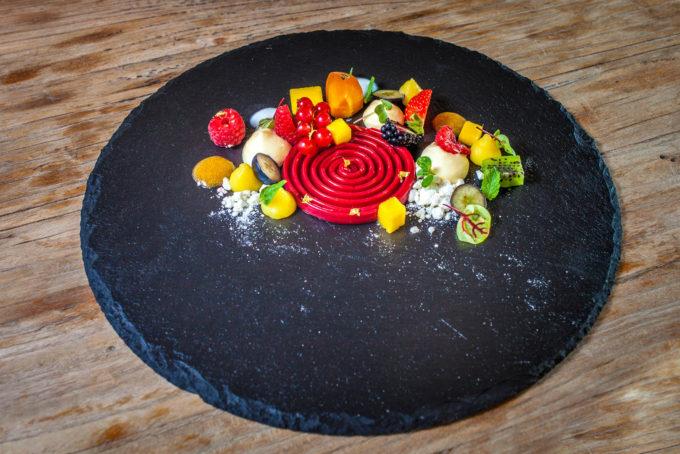 Tourbillon di lamponi, mousse al mascarpone e frutta fresca