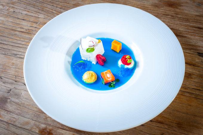 Semifreddo al cocco e mango in zuppetta di blu curacao